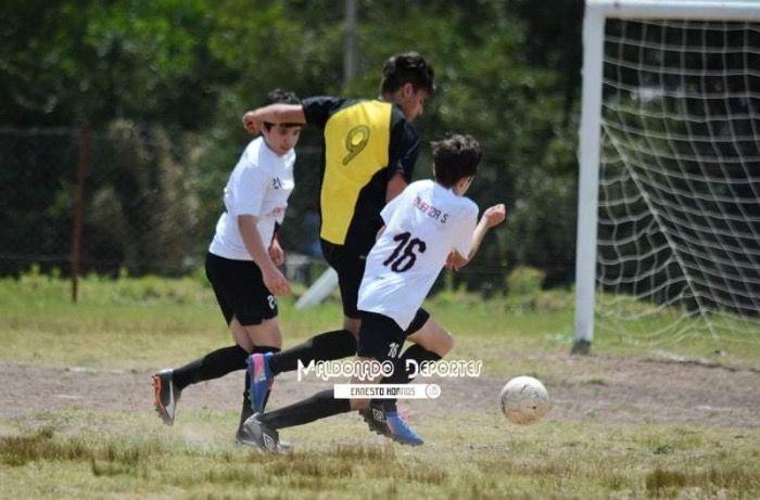 La pelota siempre al 9: Joel Rodriguez  es el amo y señor del fútbol ofensivo de Peñarol Fernandino